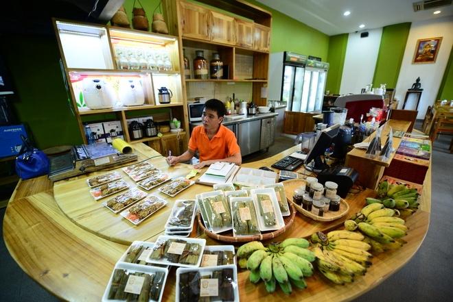 Chu tich chung khoan VNDIRECT mo quan com chay hinh anh 4 Ngoài cơm chay, bà Hương còn mở thêm một cửa hàng thực phẩm sạch phục vụ nhu cầu ăn chay thực dưỡng.  Ảnh: Tuấn Mark.