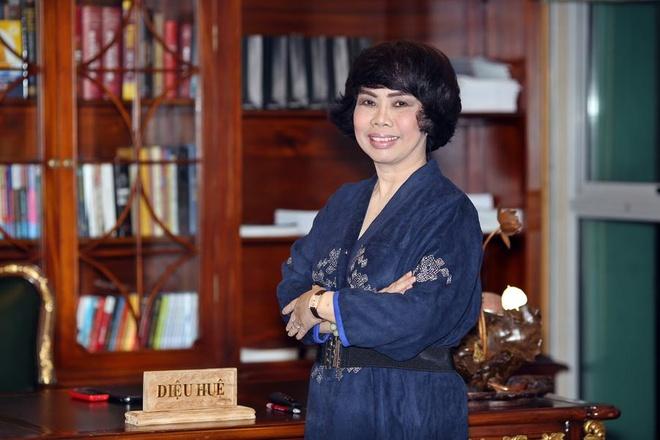 Thai Huong – 'Nguoi dan ba sua tuoi' quyen luc chau A hinh anh 3 Trên bàn làm việc của bà Hương để biển pháp danh nhà phật.  Ảnh: Forbes.