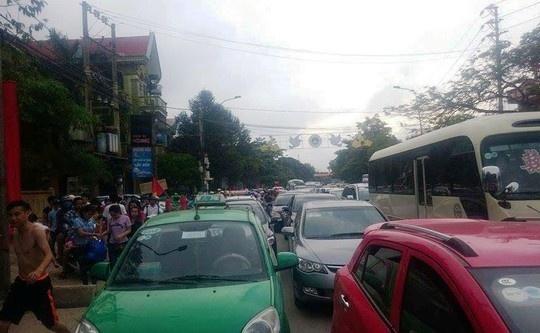 Duong toi bai bien Sam Son tac nghen hang km hinh anh 1 Đường Lê Lợi tại thị xã Sầm Sơn bị tắc nghẽn nghiêm trọng.