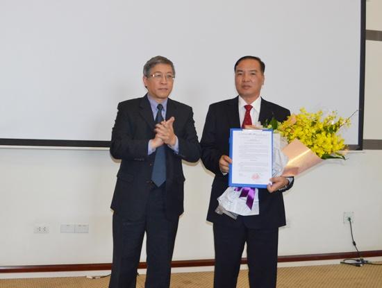 Nhung chuyen thu vi ve sep mang di dong Viet hinh anh 1 Ông Lê Nam Trà (bên phải) trở thành Chủ tịch MobiFone với nhiệm vụ đưa tổng công ty này tăng trưởng 20% mỗi năm. Ảnh: Ictnews
