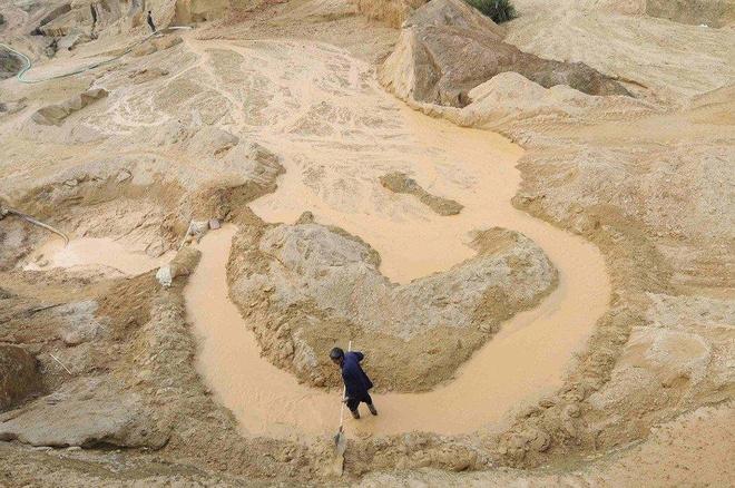 Một công nhân đang làm việc trong một mỏ đất hiếm tại tỉnh Giang Tây. Ảnh: Reuters.