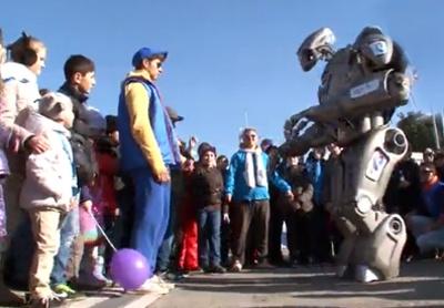 Robot nhay Gangnam Style truoc khan gia Olympic Sochi hinh anh
