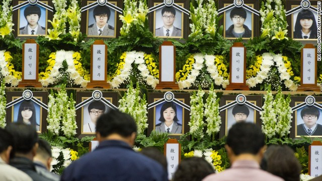 Hoc sinh song sot trong vu chim tau Sewol tro lai truong hinh anh