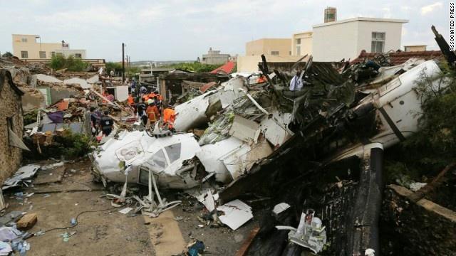 Lực lượng cứu hộ tìm kiếm nạn nhân trong thân máy bay.