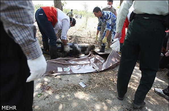 Duoi may bay Iran roi giua duong hinh anh 10 Thi thể một nạn nhân gần hiện trường tai nạn. Ảnh: MEHR