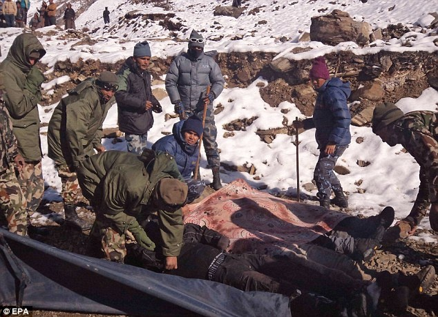 Boi tuyet tim thi the du khach Viet tren day Himalaya hinh anh