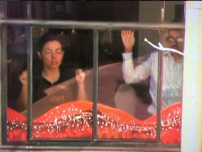 Con tin hoảng sợ khi đứng trước cửa sổ theo yêu cầu của tay súng. Ảnh: Daily Mail.