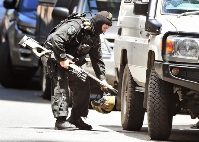 Toan canh vu bat coc con tin chan dong the gioi hinh anh 1 Đặc nhiệm mang súng bắn tỉa tới khu vực xảy ra vụ bắt cóc. Ảnh: AFP