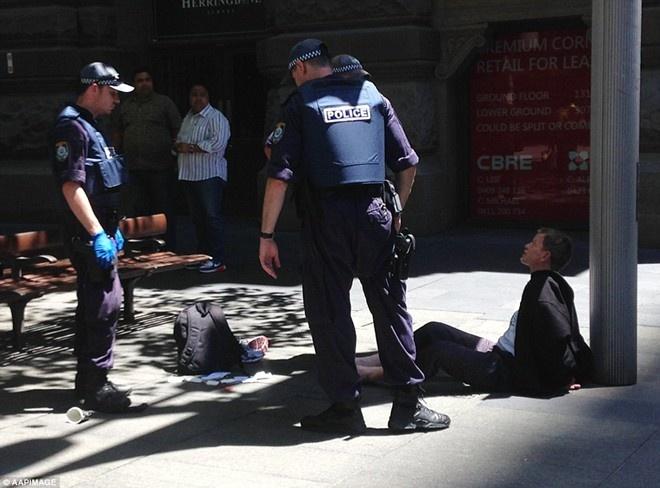Toan canh vu bat coc con tin chan dong the gioi hinh anh 2 Cảnh sát bắt một người đàn ông cách quán cafe 200 m. Ảnh: AAPI