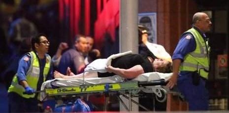 Toan canh vu bat coc con tin chan dong the gioi hinh anh 5 Một con tin bị thương được nhân viên y tế đưa khỏi tòa nhà. Ảnh: AP