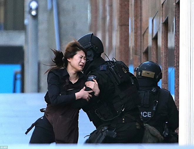 Một nhân viên may mắn thoát khỏi vòng vây của tay súng. Ảnh: AP.