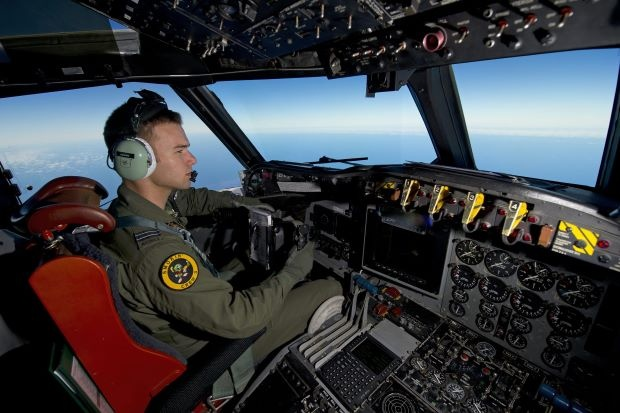 Malaysia se cong bo bao cao ve MH370 mot nam sau vu mat tich hinh anh 1 Máy bay P-3K2-Orion của không lực Hoàng gia New Zealand tham gia tìm kiếm máy bay mất tích MH370 ở ngoài khơi Perth ngày 13/4. Ảnh: AFP