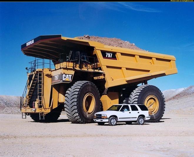 Xe ben mỏ CAT siêu khổng lồ