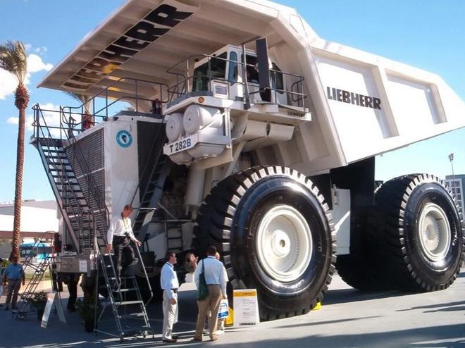 Xe ben mỏ siêu khổng lồ Lib