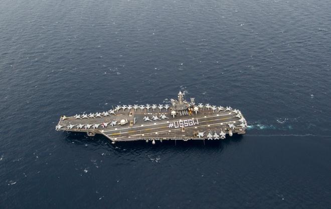 Chien dau co cat va ha canh tren USS George Washington hinh anh
