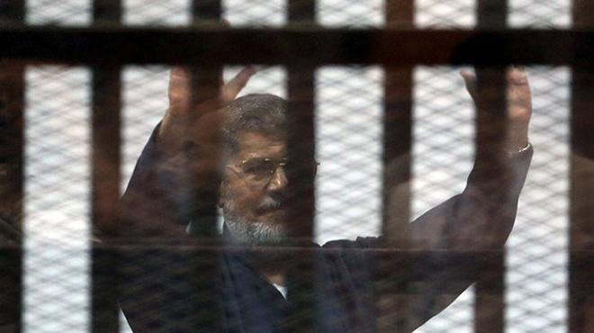 Cuu tong thong Morsi mim cuoi, gio nam dam khi nhan an tu hinh anh 1