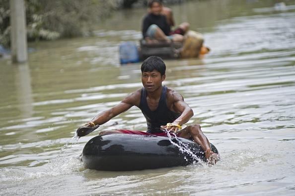 Nguoi Myanmar dung dep lam mai cheo trong dot lu lich su hinh anh 1