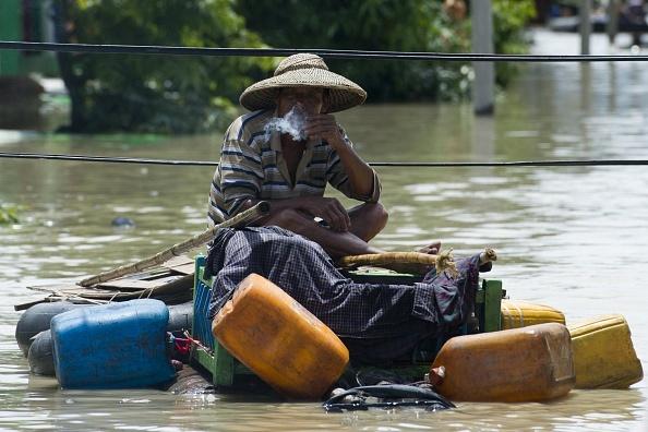 Nguoi Myanmar dung dep lam mai cheo trong dot lu lich su hinh anh 2