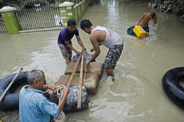 Nguoi Myanmar dung dep lam mai cheo trong dot lu lich su hinh anh 3