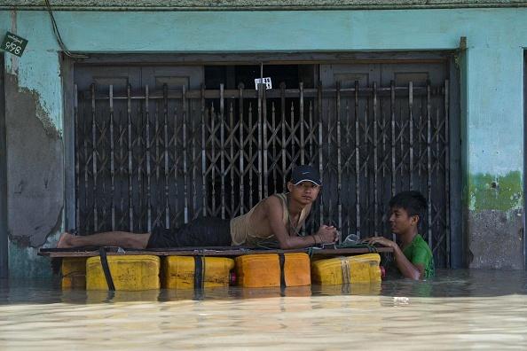 Nguoi Myanmar dung dep lam mai cheo trong dot lu lich su hinh anh 6