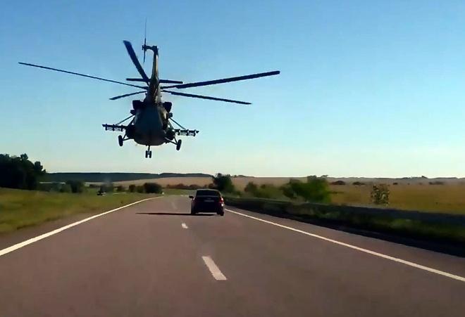 Truc thang da nhiem bay sat duong cao toc o Ukraine hinh anh