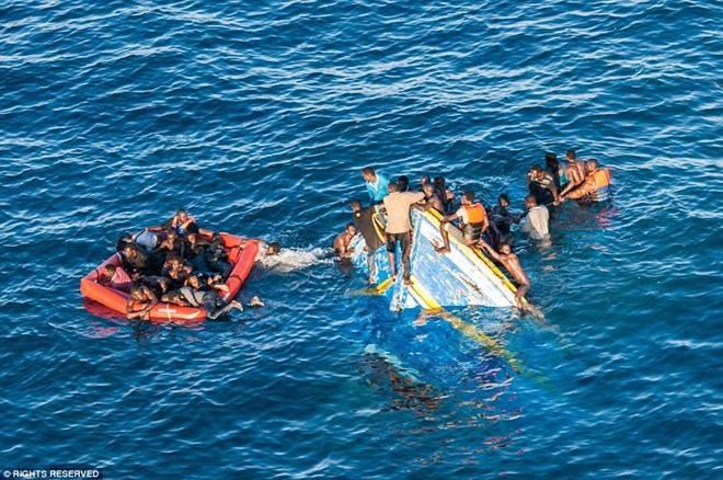 Tau cho nguoi di cu gap nan, 20 nguoi chet duoi hinh anh 1 Người di cư gặp nạn trên hành trình vượt biển. Ảnh: Getty