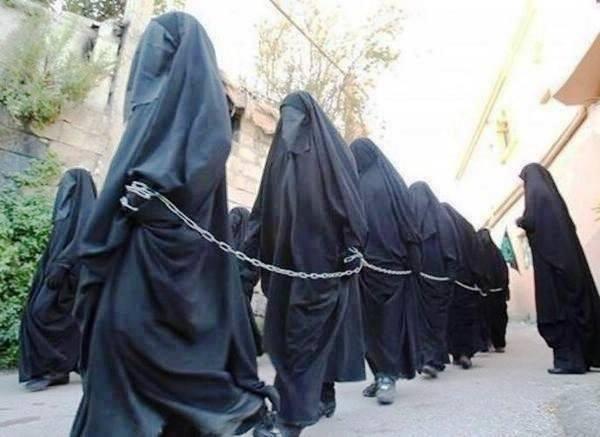 Những cô gái ngoại đạo bị ép làm nô lệ tình dục phục vụ các chiến binh IS. Họ bị bán ngoài chợ với giá rẻ mạt như những món hàng hóa. Ảnh: khaama.com