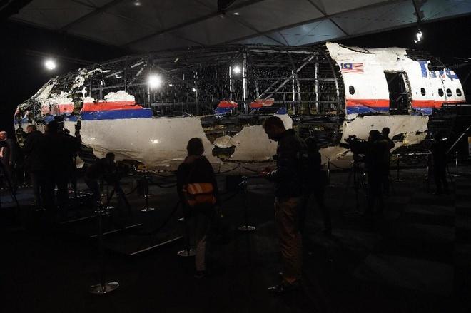 Nhieu hanh khach tren MH17 co the van song khi may bay roi hinh anh