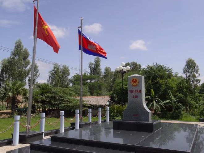 Khanh thanh cot moc bien gioi Viet Nam - Campuchia hinh anh 1
