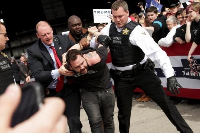 Trump lien tiep bi phan ung khi van dong tranh cu hinh anh