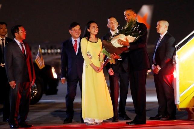 Nu sinh Viet tang hoa Tong thong Obama o Ha Noi hinh anh