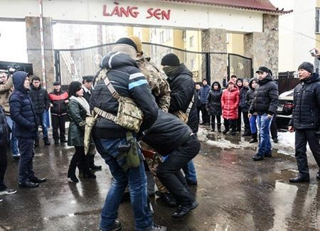 BNG moi dai su Ukraine len lam viec vu nguoi Viet o Lang Sen hinh anh