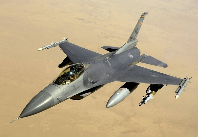 Hai chien dau co F-16 cua My doi dau trong dem hinh anh