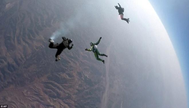 Roi tu do tu do cao 7.600 m xuong tam luoi rong 30 m hinh anh