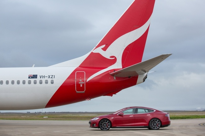 Xe dien Tesla do toc do voi may bay Boeing 737 hinh anh 3