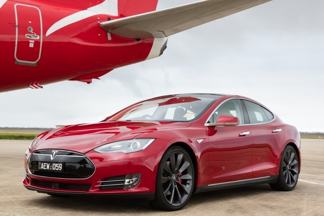 Xe dien Tesla do toc do voi may bay Boeing 737 hinh anh