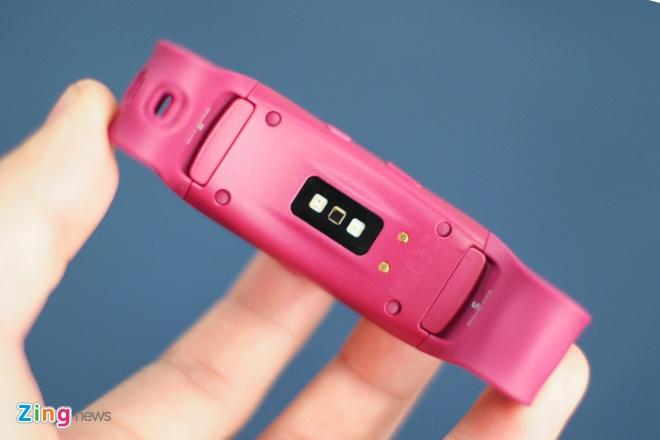 Anh thuc te Samsung Gear Fit 2 gia 3,9 trieu tai Viet Nam hinh anh 3