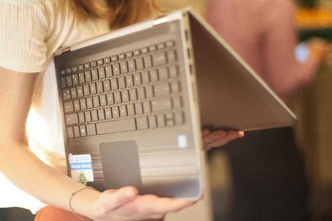 Laptop xoay gap 360 do ve Viet Nam, gia 12,9 trieu dong hinh anh