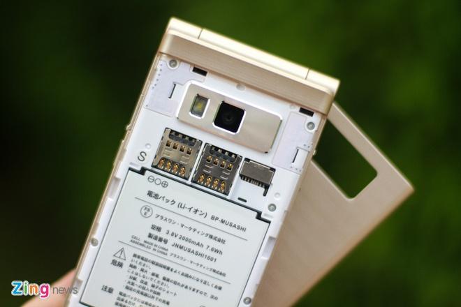 Smartphone Nhat co 2 man hinh, nap gap sap ban tai VN hinh anh 9