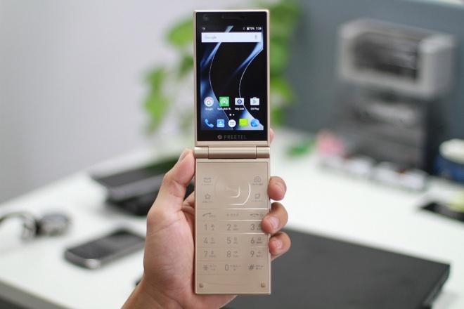 Smartphone Nhat co 2 man hinh, nap gap sap ban tai VN hinh anh