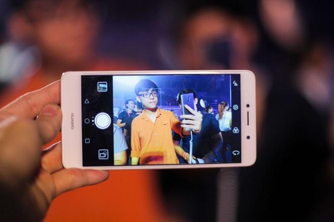 Huawei ra mat GR5 2017: Camera kep, gia 5,9 trieu dong hinh anh 2