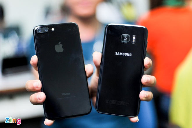 Galaxy S7 edge den bong do dang voi iPhone 7 Plus Jet Black hinh anh 2