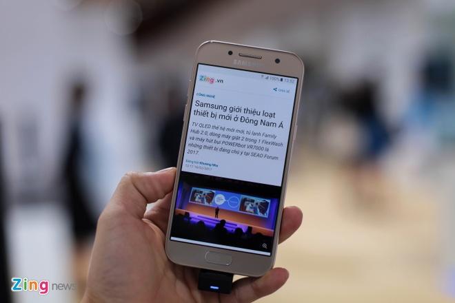 Anh thuc te Samsung Galaxy A3 2017 man hinh 4,7 inch hinh anh 1