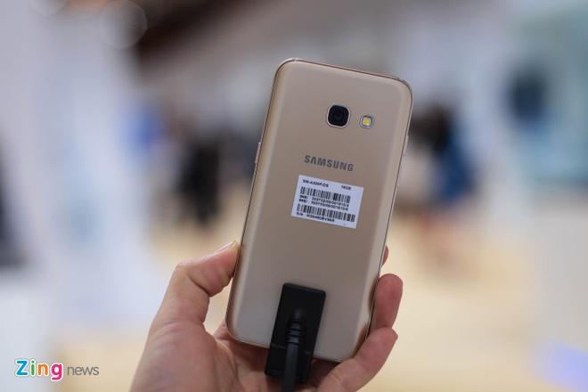Anh thuc te Samsung Galaxy A3 2017 man hinh 4,7 inch hinh anh 2