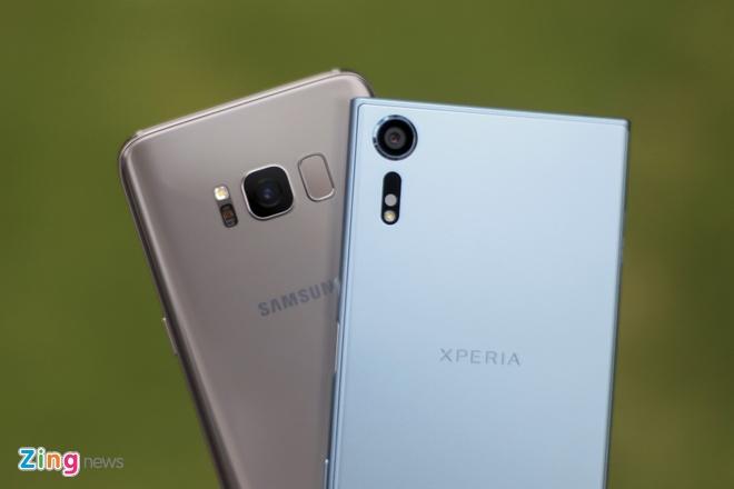 So Xperia XZs voi Galaxy S8: Nguoi bao thu, ke tan thoi hinh anh