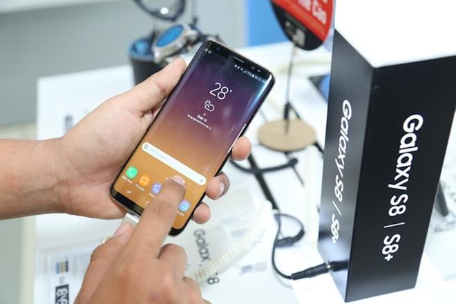 Galaxy S8+ mau den chay hang tai VN hinh anh
