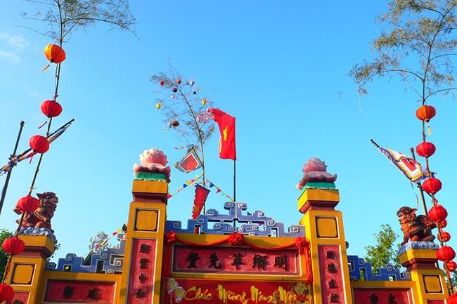 2. Theo phong tục Tết cổ truyền, người Việt dựng cây gì vào ngày 23 tháng Chạp?                          Cây tre Cây nêu Cây trúc                         Cây nêu thường được dựng vào 23 tháng Chạp, cũng là ngày Táo quân về trời. Theo quan niệm truyền thống, Táo quân vắng mặt từ ngày này đến đêm giao thừa. Việc dựng cây nêu giúp xua đuổi ma quỷ nhân cơ hội này