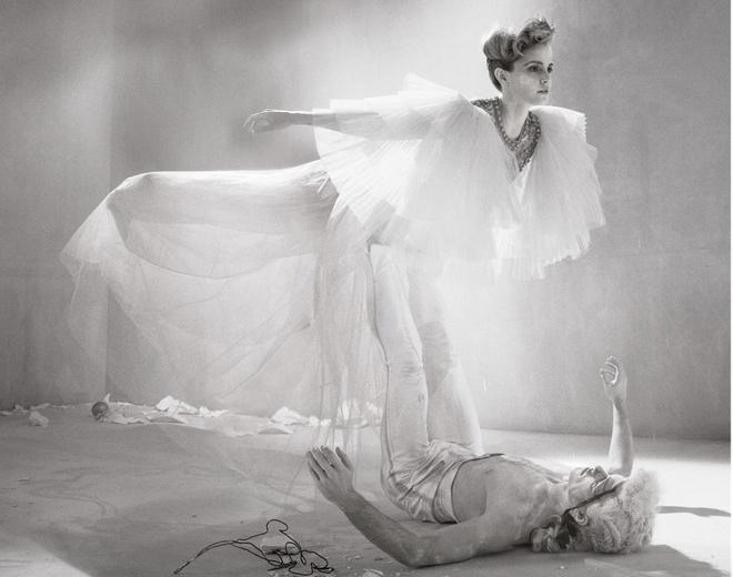 Emma Watson lan dau mac trang phuc nong bong hinh anh 4