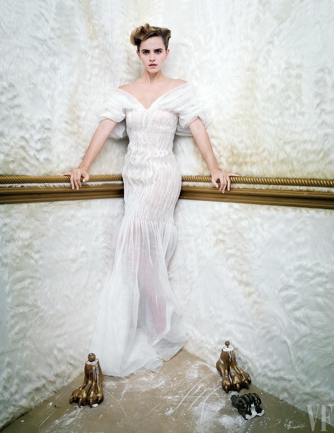 Emma Watson lan dau mac trang phuc nong bong hinh anh 3