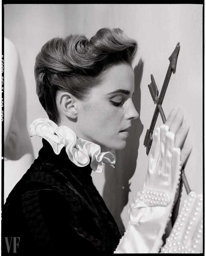 Emma Watson lan dau mac trang phuc nong bong hinh anh 6